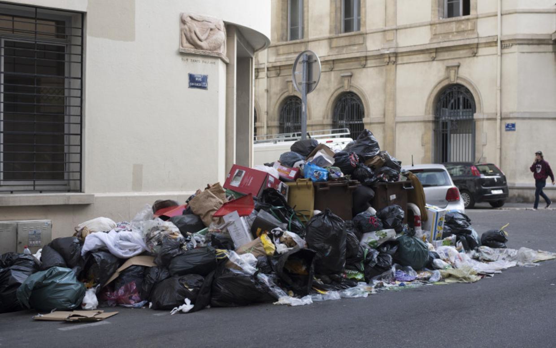 En bunke af skrald på en gade.