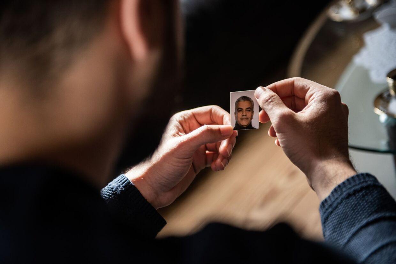 Anas Bathish mistede sin far i påskedagene. Her ser han på et billede af faderen, Akram.