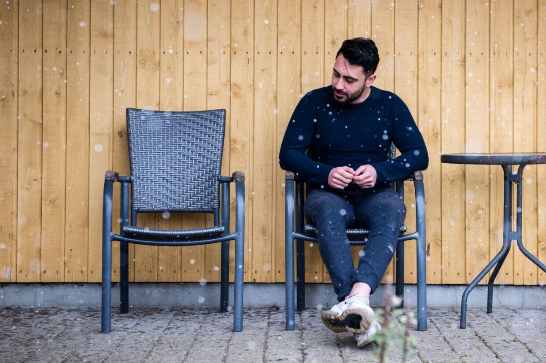 29-årife Anas Bathish sidder i den stol i haven, hvor ham og faderen så ofte har siddet. Faderen stol er tom.