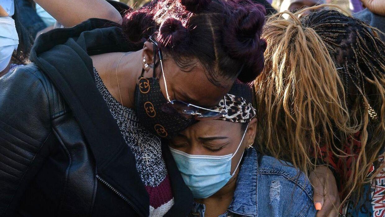 DMX's ekskone Tashera Simmons (tv) og hans forlovede Desiree Lindstrom (TH) ses her i en omfavnelse foran hospitalet, hvor DMX er indlagt.