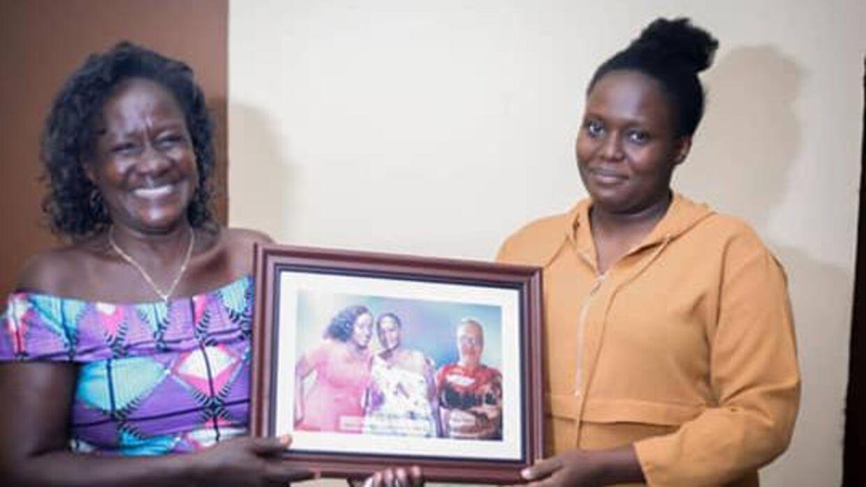 Zena med sin mor, der har printet et foto af Alex og 'klippet' sammen med et foto af dem.