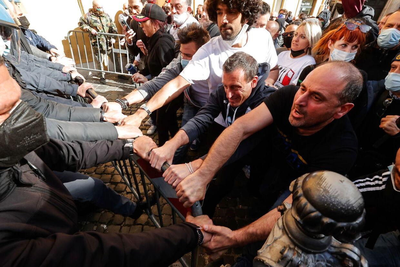 Sådan så det ud, da der tirsdag blev demonstreret ved parlamentsbygningen på Piazza Montecitorio i Rom.