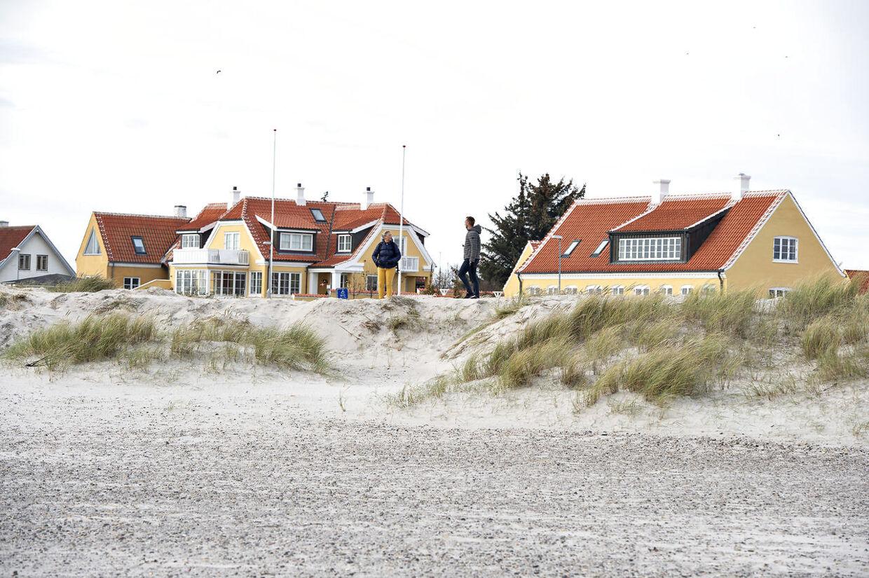 Den ødelagte fredede klit ved Skagen Sønderstrand, inden den blev reetableret. Klitten blev udjævnet natten til den 26. oktober 2019 med en gummiged. Den ene af de to tiltalte i retssagen ejer huset til højre.
