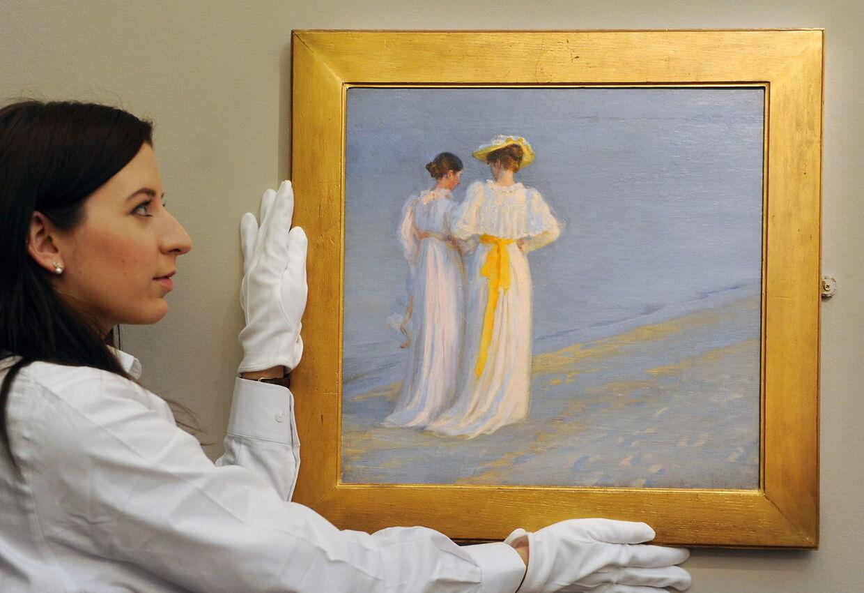 P. S. Krøyers berømte 'Sommeraften på Skagen Sønderstrand', som er et af dansk kunst mest kendte malerier. Hærværket mod de fredede klitter i Skagen er særlig groft, fordi det også går ud over den danske kulturarv, mener anklagemyndigheden i den specielle sag, som i disse dage kører ved Retten i Hjørring.