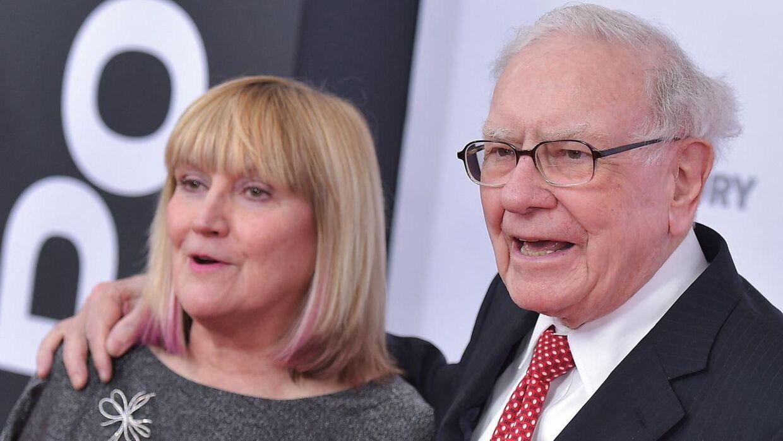 Warren Buffet ses her med sin datter Susie Buffett.