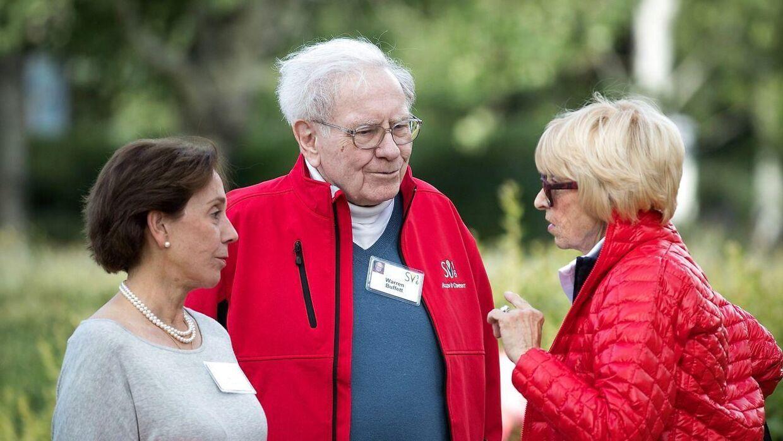 Warren Buffett med sin datter Susan Alice Buffett (th).