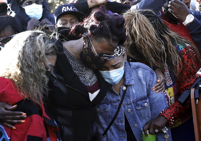 DMX ekskone Tashera Simmons (tv) og hans forlovede Desiree Lindstrom (TH) ses her i en omfavnelse foran hospitalet, hvor DMX er indlagt.