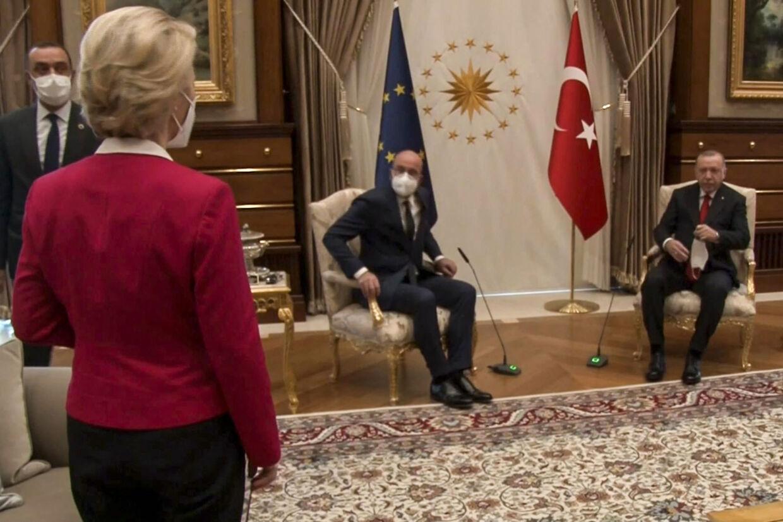 Der er vrede i Bruxelles over klodset diplomatisk fejl med manglende stol ved topmøde i Ankara. Da den tyrkiske præsident, Recep Tayyip Erdogan, og EU-Kommissionens formand, Ursula von der Leyen, samt Det Europæiske Råds præsident, Charles Michel, mødtes var der kun to stole. -/Ritzau Scanpix
