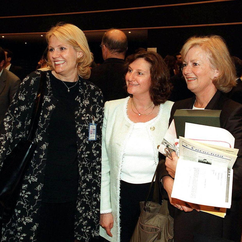 Helle Thorning-Schmidt her sammen sin svigermor og kollega Glenys Kinnock og i midten MEP Arlene McCarthy. Her er hun netop blevet valgt til parlamentet.