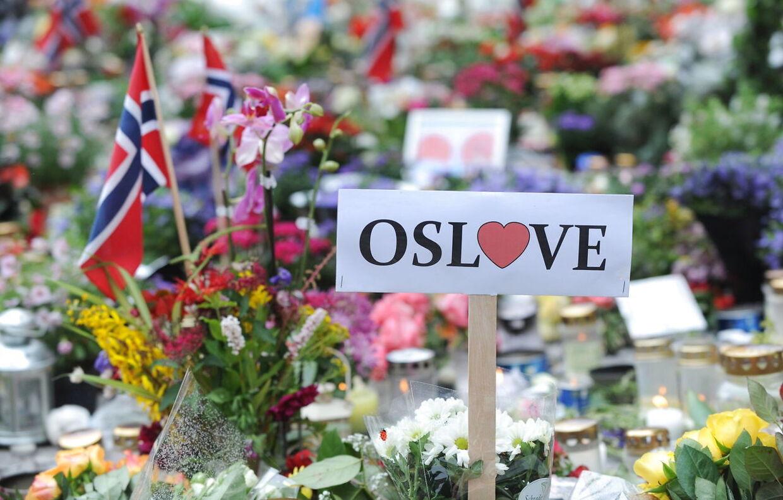 Norge blev ramt af chok, sorg og rædsel efter angrebet. Her blomsterhavet foran domkirken i Oslo under en mindehøjtidelighed for ofrene. (Arkivfoto)