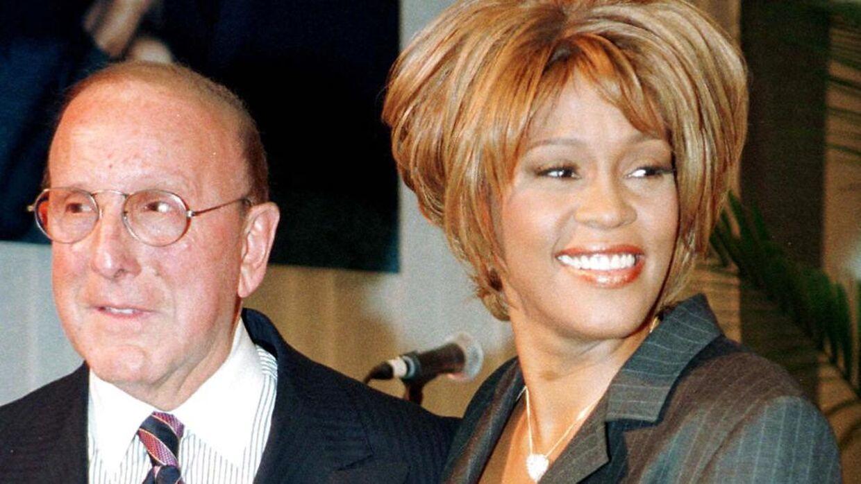 Whitney Houston med Clive Davis i 1998.