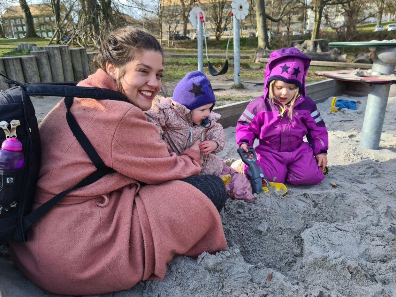 Vivian Anita Alexandru med sine børn, Marisa på et år og Mira på tre år.