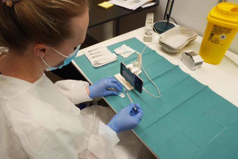 I stedet for at vende vaccineglasset på hovedet er glasset fikseret i holderen, så man trækker vaccinen op fra glassets bund.