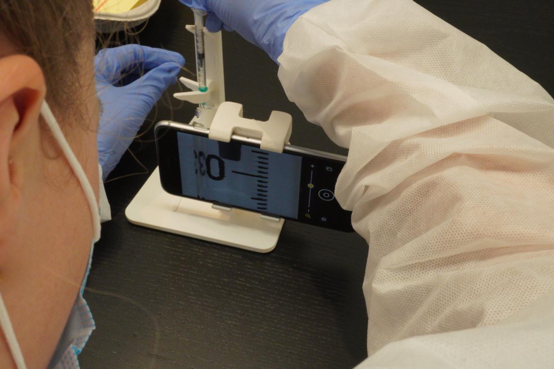 Makrokameraet på mobilen kan langt mere præcist aflæse mængden af vaccine, så man undgår et for stort spild.