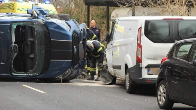 Varevognen væltede om på siden, da den kørte ind i to parkerede biler. Foto: Presse-fotos.dk.