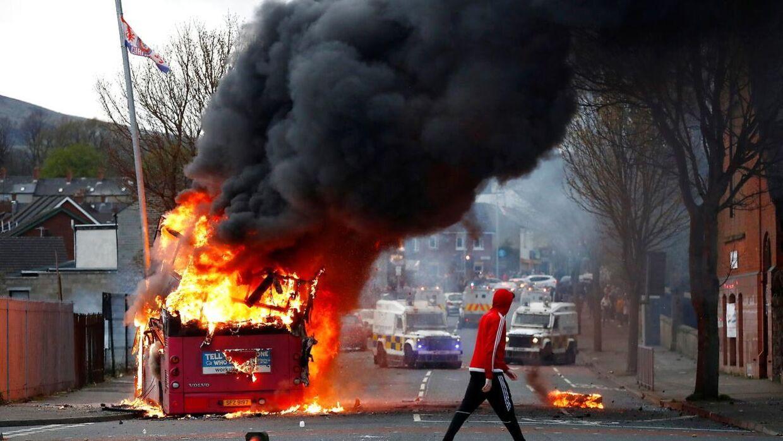 Her står bussen i flammer. Torsdag er der ikke meget bus tilbage.