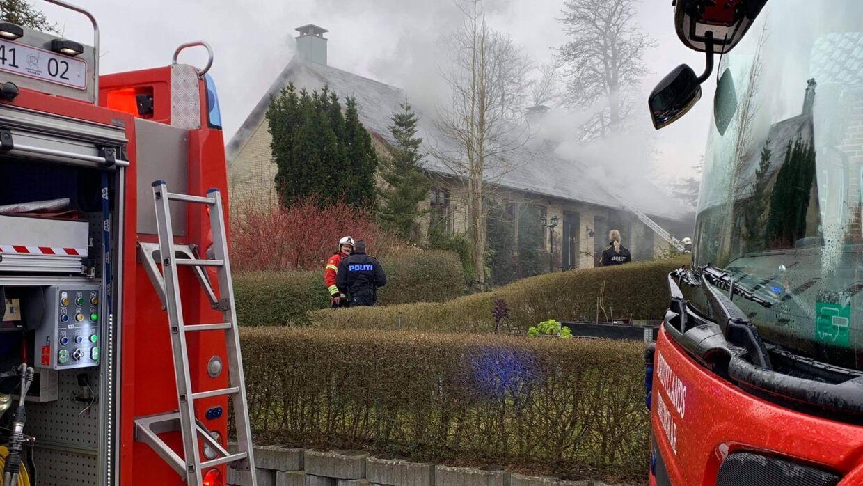 En tyk røg breder sig fra en villabrand i Aalborg Øst torsdag aften.