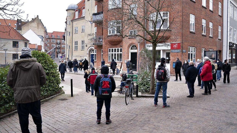 Kø til vaccine i Aalborg, som blot er et af mange steder de seneste dage, hvor der har været lang kø.
