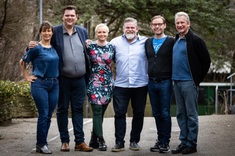 Holdet bag Odense Revy - Mette Marckmann, Lars Arvad, Vicki Berlin, Stig Rossen, Thomas Mørk og Henrik Kofoed. Foto Odense Revy.