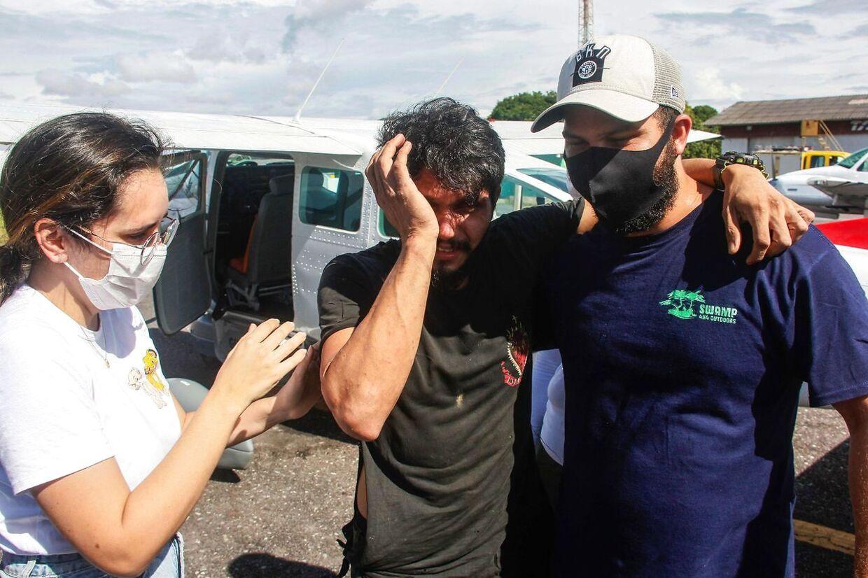 Antonio Sena (i midten) får straks hjælp, efter han er blevet reddet.