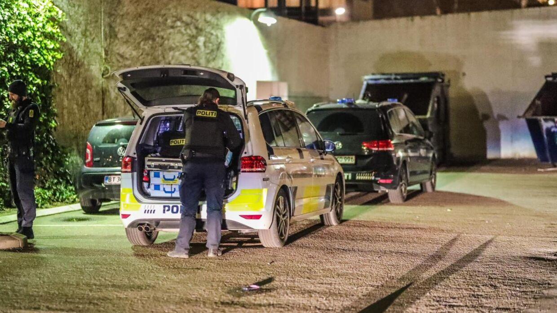 Politiet rykkede talstærkt ud, da de fik anmeldelse klokken 23.01. Foto: Presse-fotos.dk