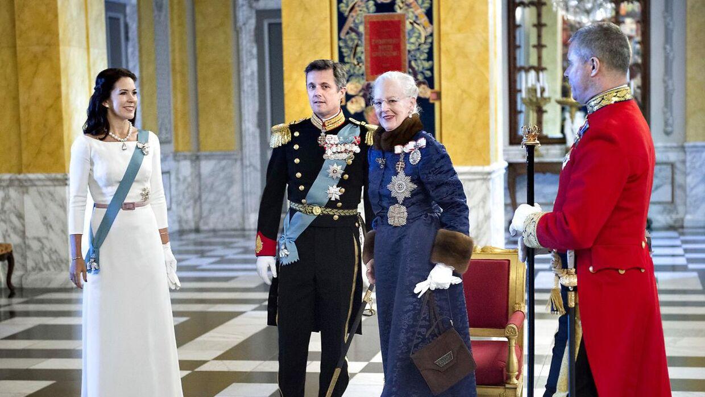 Как церемониймейстер Ким Кристенсен привыкла быть близкой к королевской семье.  Вот он у новогоднего сарая.