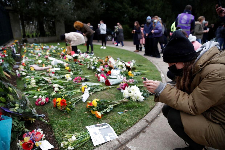 Flere har lagt blomster og kort foran Windsor Castle.