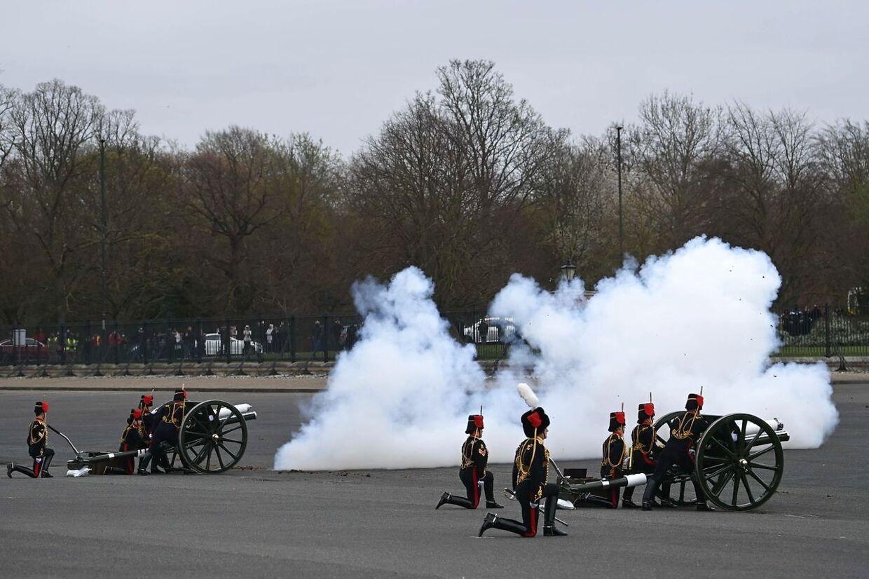 Der blev affyret flere kanoner i London for at markere prinsens død.