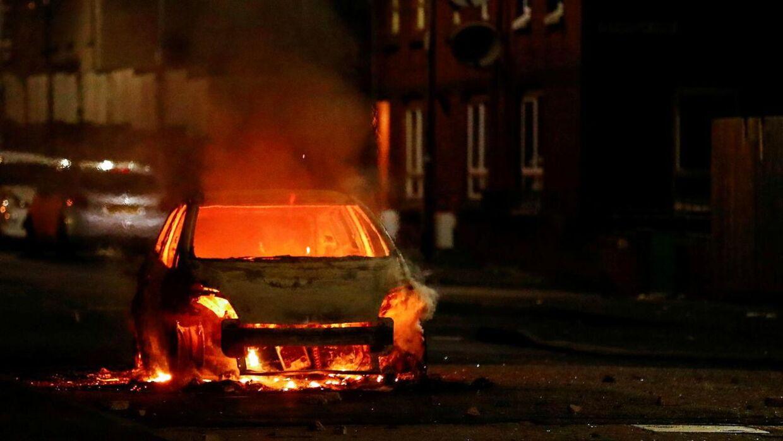 Urolighederne er i høj grad gået ud over de biler, der holder parkerede i gaderne. Foto: Scanpix