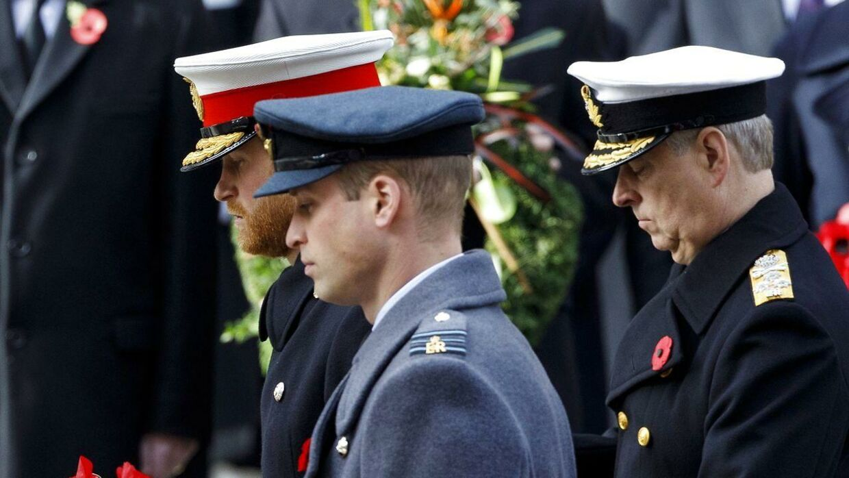 Prins Harry og prins Andrew havde tidligere altid deres militæruniformer på ved større officielle begivenheder. Men det kommer de ikke til at have på lørdag.