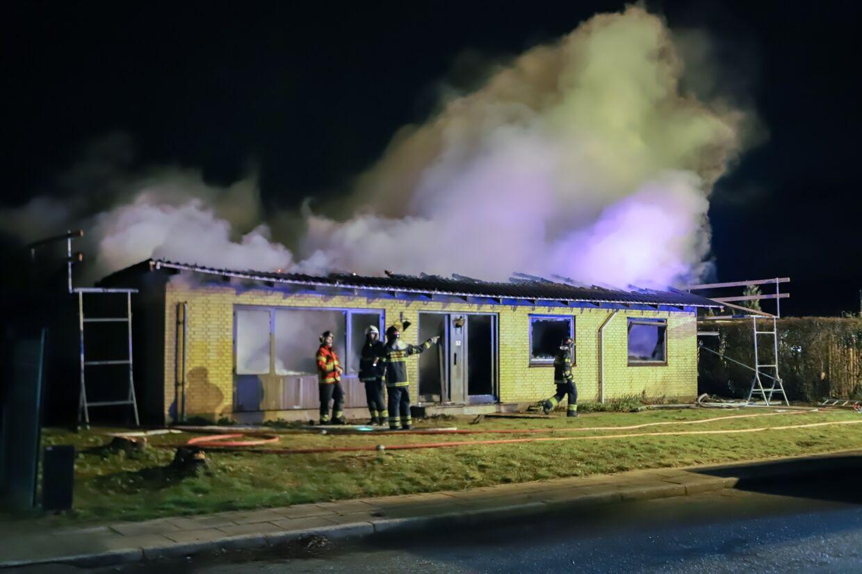 Huset var overtændt, da politi og brandvæsen nåede frem.