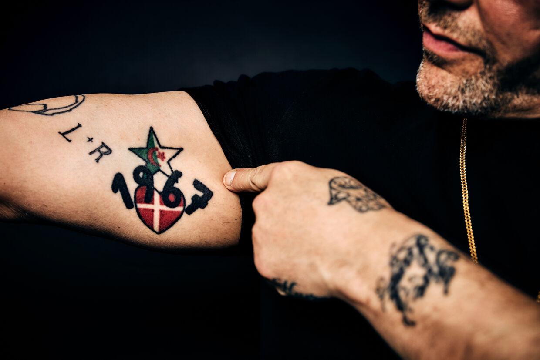 René Dif viser den tatovering, der viser, hvor han stammer fra. Foto Krestine Havemann/Radio4