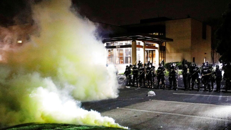 Politiet må bruge tåregas mod demonstranterne.