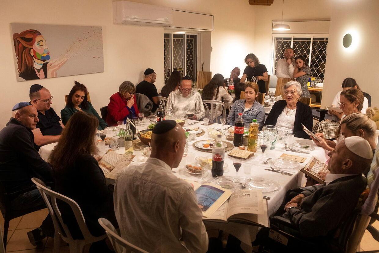 En jødisk familie samlet i anledningen af påsken. REUTERS/Nir Elias