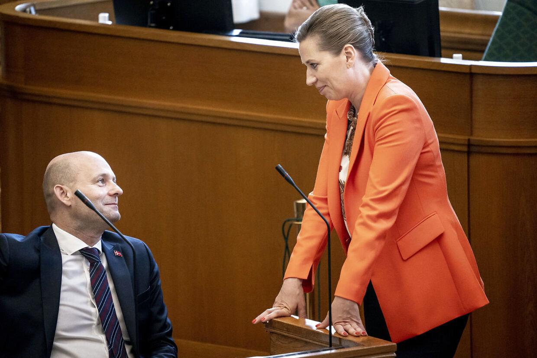 Mette Frederiksen er nu kun den anden mest populære partileder. Pape har taget førertrøjen.
