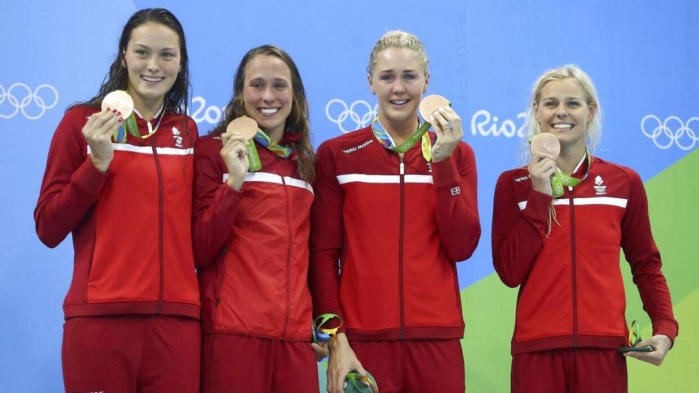 Jeanette Ottesens OL-deltagelse kan blive reddet af, at hun er del af holdkappen, der lige nu står til at kvalificere sig til sommerens OL i Tokyo. Her er hun sammen med holdkappen, da de vandt bronze ved legene i Rio i 2016.