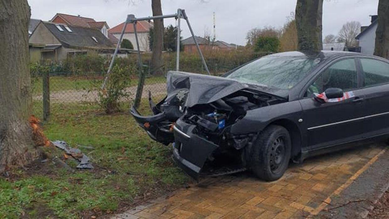 Sådan så bilen ud, efter den havde ramt vejtræet ved legepladsen på Kancellivej.