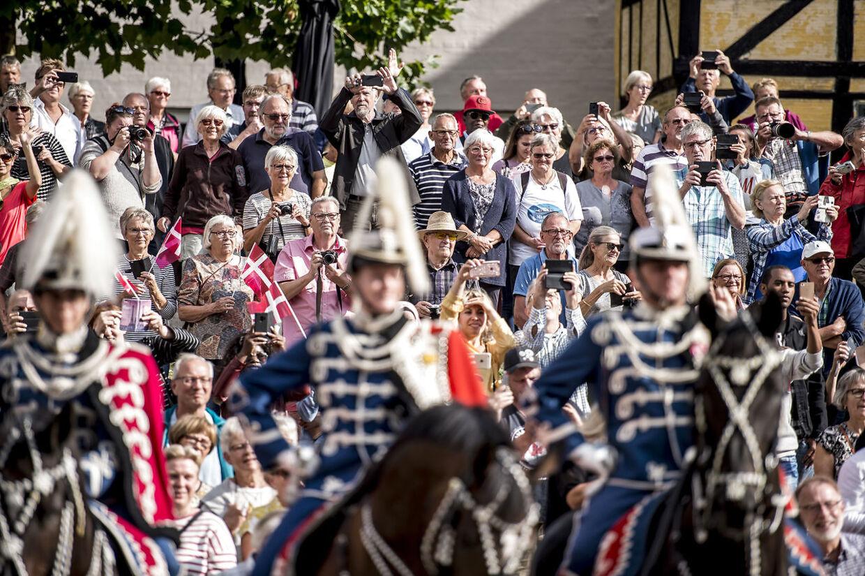 Dronning Margrethe har altid været super populær og vellidt i befolkningen. Her hyldes hun under sommertogtet i 2018.
