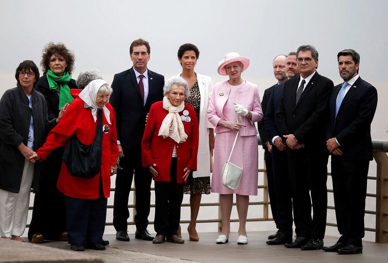 Pligt før familie. Her er Dronningen på statsbesøg i Argentina.