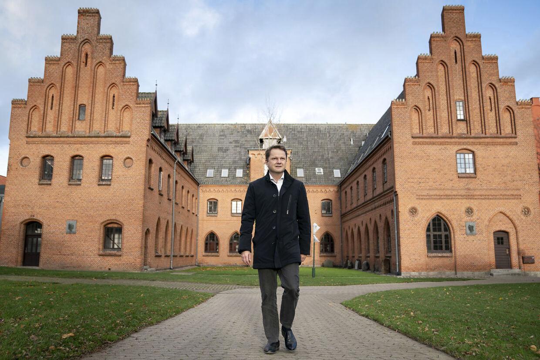 El rector Mikkel Kjellberg frente a la escuela Herlufsholm.