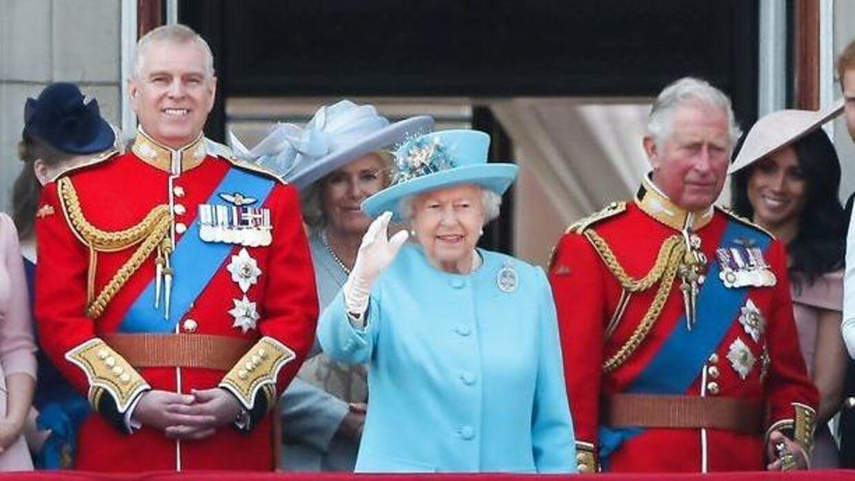 Prins Andrew, der her ses ved siden af dronningen, må undvære sin militære uniform ved prins Philips begravelse.