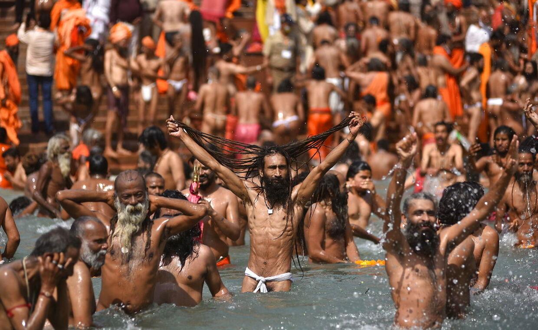 De hellige mænd, eller Naga Sadhu, tager er bad sammen med pilgrimmene i floden Ganges.
