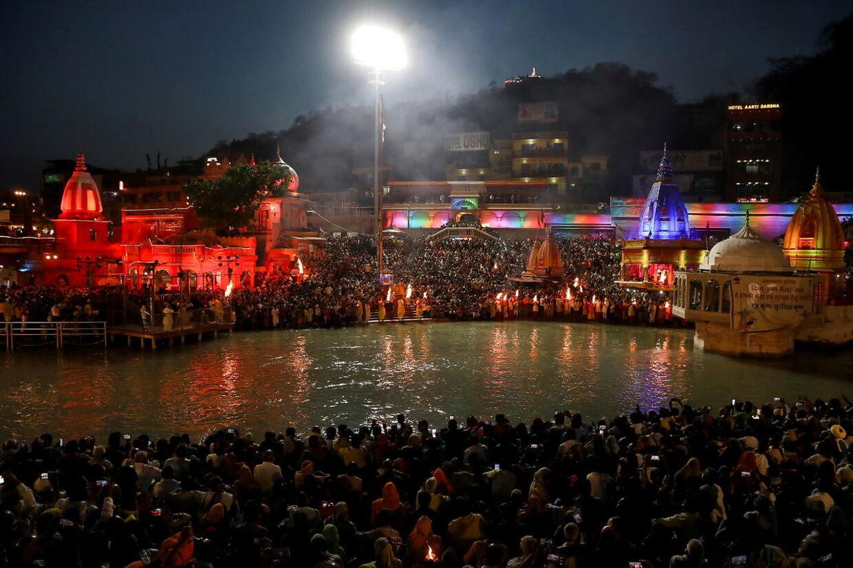 Folk samles for at bede nær Ganges.