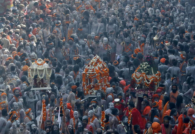 De hellige mænd er på vej til at bade i Ganges under Kumbh Mela-festivalen.