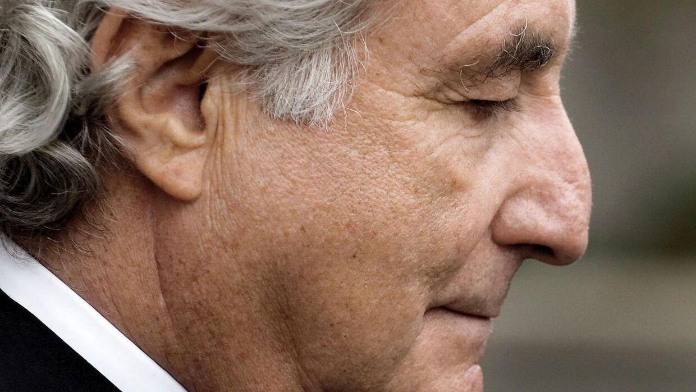 Madoff forlader retten under sagen mod ham i 2010. (Foto: Scanpix)