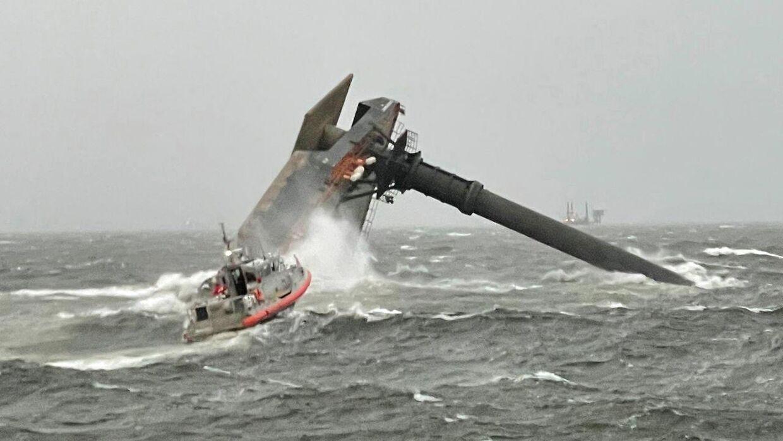 En person er død og 12 savnes efter et skibsforlis i Den Mexicanske Golf.