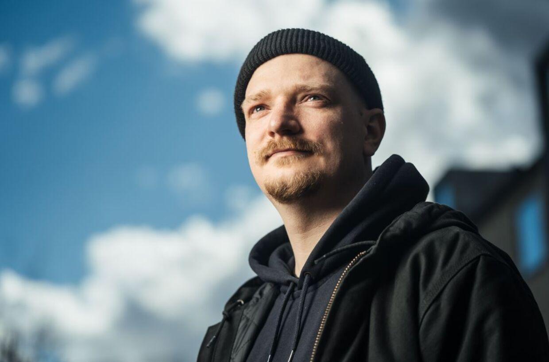 Sune Bjørn Kuhberg går primært på arbejde for at tjene penge. Livets sande værdier ligger uden for 8-16-jobbet, mener han.
