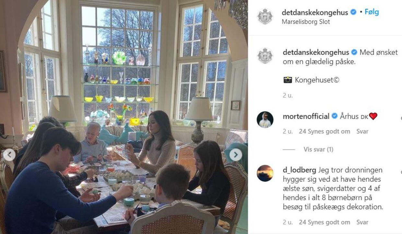 Dronningen maler påskeæg med familien.