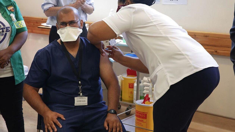 Sundhedspersonale modtager her vaccinen fra Johnson og Johnson i Cape Town i Sydafrika. Det var før, vaccinen blev sat på pause.