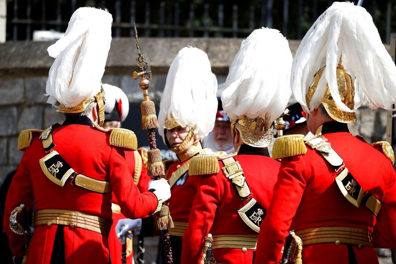I Storbritanien gør man sig klar til den royale begravelse på lørdag. Her er det soldaterne foran Windsor Castle. Foto REUTERS/Phil Noble.